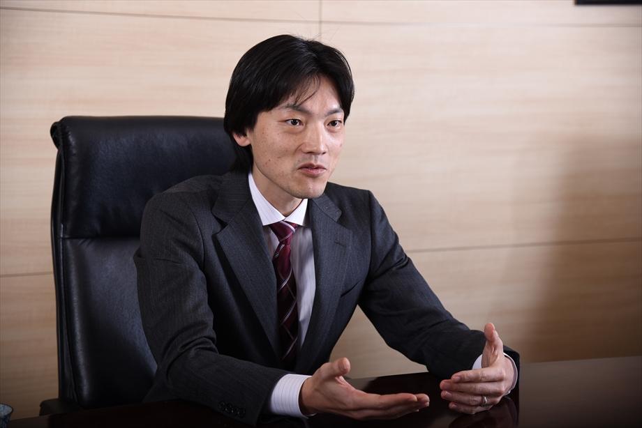 インタビューに答える坂本氏の様子